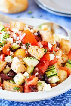 Η ντοματοσαλάτα είναι ένα απλό, δροσιστικό και θρεπτικότατο γεύμα. Περιέχει όλες, ανεξαιρέτως, τις βιταμίνες, όλα τα ιχνοστοιχεία, όλα τα αμινοξέα και όλα τα απαραίτητα λιπαρά οξέα. Italian Bread Salad, Tomato Juice, Picky Eaters, The Fresh, Vinaigrette, Cobb Salad, Feta, Main Dishes, Salads