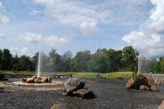 น้ำพุร้อนสันกำแพง      เป็นสถานที่ท่องเที่ยวชมธรรมชาติ ล้อมรอบไปด้วยป่าเขา หุบเขา ดอกไม้นานาพันธุ์และน้ำพุร้อนธรรมชาติ