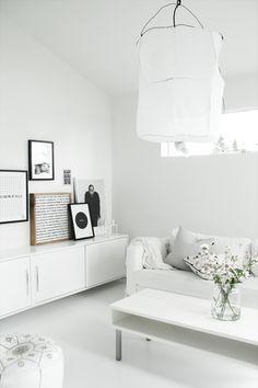 Salon : meuble sur le côté du canapé
