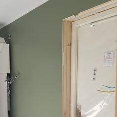 Antique Green fra Jotun har en dempet grønn tone. Få inspirasjon om Jotun Antique Green fra ekte hjem Bathroom Medicine Cabinet, Mirror, Antiques, Green, Furniture, Home Decor, Stones, Antiquities, Antique