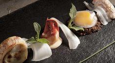 Hamburger di astice con tuorlo d'uovo di Parisi in olio cottura, gelatina al gewürztraminer, sedano ghiaccio e insalata ficoide