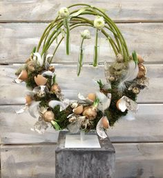 Bloemstuk Pasen (bloemsierkunst De Groot Heerde) Easter Flower Arrangements, Easter Flowers, Floral Arrangements, Spring Projects, Arte Floral, Easter Wreaths, Dried Flowers, Flower Art, Floral Wreath