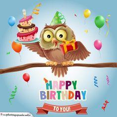 Freundliche Eule im Geburtstagsoutfit sitzt auf Ast und hält eine Geburtstagstorte sowie ein Geschenk in den Flügeln. Darunter steht auf einer Banderole der Glückwunsch Happy Birthday.