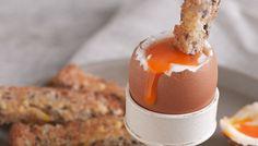 pao/torrada e gema de ovo cozido