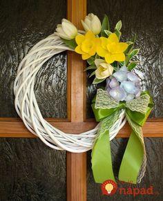 Kúpili len holý kruh z prútia za pár drobných: Keď uvidíte t Felt Wreath, Wreath Crafts, Diy Wreath, Deco Wreaths, Easter Wreaths, Holiday Wreaths, Spring Front Door Wreaths, Easter Flowers, Summer Wreath