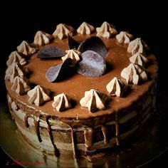 Tort Amandina clasic #tort #amandina #gustulcopilariei #ciocolata #blat #insiropat #drip #cake #bakedwithlove #madewithjoy #paulamoldovan #livadacuvisini Tiramisu, Sweets, Cake, Ethnic Recipes, Food, Gummi Candy, Candy, Kuchen, Essen