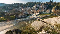 De Ardèche is een prachtige streek tussen de Alpen, de Provence en het Centraal Massief. Dit departement aan de westoever van de Rhône heeft alle ingrediënten voor een geslaagde vakantie. Een heuvelachtig landschap, riviertjes, meren, en heel veel leuke stadjes en dorpen. Het departement heeft een keurmerk in het