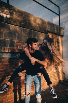 35 Pretty Summer Engagement Photo Outfits Ideas To Try Cute Couples Photos, Teen Couples, Cute Couple Pictures, Cute Couples Goals, Romantic Couples, Summer Couples, Couple Goals, Couple Photoshoot Poses, Couple Photography Poses