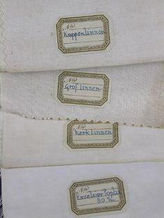 Titel: Stalen van diverse kwaliteiten effen linnen en katoen; Vervaardiger: Louwers, Linnen- en damastweverij A. (Meerveldhoven) (uitvoerder); Beschrijving: Stalenboek met stalen van o.a. verpleegsterslinnen, poplin, 'khaky jeans', bont, kerklinnen enz., zoals aangeduid op de etiketten. Datering: 1920 - 1950; Objectnummer: 14020 Collectie TextielMuseum