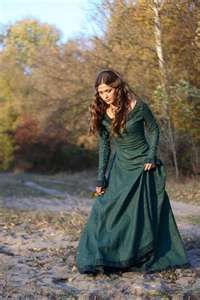 love the red hair with the green dress!!! might have to try this for ren faire!!!