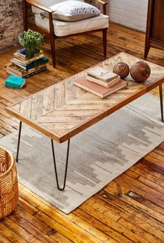 table basse bois chevron tapis gris panier osier rotin blog déco Reclaimed Wood Coffee Table, Reclaimed Wood Furniture, Pallet Furniture, Pallet Wood, Pallet Benches, Pallet Couch, Pallet Tables, Outdoor Pallet, Natural Wood Coffee Table