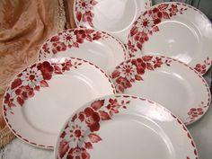 Deze aanbieding is voor een mooie set van 6 Franse vintage stencil ware diner borden met een rode rozen motief. Ze zijn gemaakt door Ceranord en het model Jane wordt genoemd.  VOORWAARDE: In goede vintage staat met lichte tekenen van leeftijd en gebruik. Er zijn geen chips, scheuren of vlekken, maar er zijn sommige nibbles, een beetje plek en een vinger afdrukken in een deel van de rode overdracht aan de rand van een van de platen. Gelieve te zien de foto collage in zoom voor details en als…