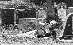 Mezarlıktayken seksen yaşıma kadar yaşamaya karar verdim. Düşün, seksen yaşındasın ve on sekizlik bir kızla seks yapıyorsun. Ölüm oyununda mızıklamanın en iyi yolu. Charles Bukowski
