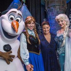 Idina Menzel rencontre Elsa et Anna à Disney World