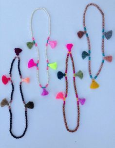 He encontrado este interesante anuncio de Etsy en https://www.etsy.com/es/listing/238135728/shimmy-shimmy-in-color-necklace