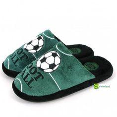 Si a tu niño le gusta el Fútbol desde pequeño adorará estas zapatillas de casa tipo chinelo en terciopelo verde y negro de Gioseppo Imitando a papá con sus zapatillas abiertas! Tranquila tienen suela antideslizante!! Del 27 al 35