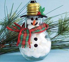 Las bombillas que se han desechado durante todo el año pueden servir para hacer decoraciones navideñas tanto para el pino o árbol navideño como para mesas
