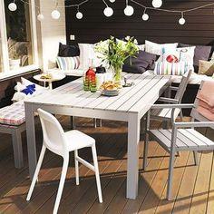 テラスにテーブルセットとソファを配置してティータイムなんて素敵!沢山のクッションと可愛いデザインのライトでアクセントを。