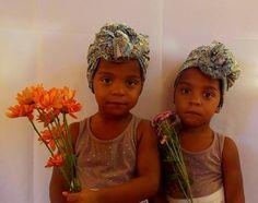 Gêmeas Amana Raha e Ním Ayra usa turbante Quilombelas