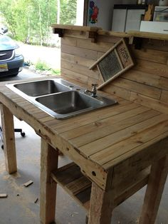 Turn a wooden cable spool into an outdoor kitchen or garden sink! Turn a wooden cable spool into an Outdoor Garden Sink, Outdoor Kitchen Sink, Outdoor Sinks, Outdoor Kitchen Countertops, Kitchen Buffet, Outdoor Kitchen Design, Concrete Countertops, Diy Kitchen, Outdoor Kitchens