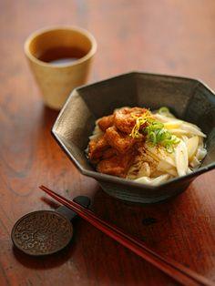 きつねうどん(wheat noodles in soup, topped with deep-fried bean curd)