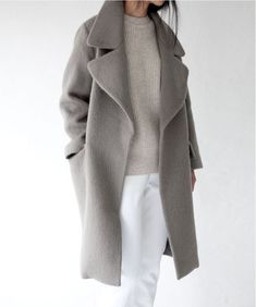 White is also for winter. Look at this amazing outfit, white trousers, gray sweater and gray coat. Minimalist fashion look for winter. Look Fashion, Street Fashion, Womens Fashion, Fashion Trends, Trendy Fashion, Fashion Ideas, Fashion Mode, Fall Fashion, Jeans Fashion