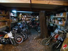 Image issue du site Web http://3.bp.blogspot.com/-nldpkeEjh1s/ThqV5m-Dy3I/AAAAAAAAFDk/sr5I3dEQCrs/s1600/forgotten-vintage-motorcycles-garage_cyco-cycle.jpg