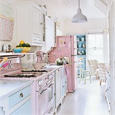 Shabby chic is a soft, feminine and romantic way of decoration style that looks comfortable and inviting. Are you passionate about the shabby chic interior design and decoration? Check out these awesome shabby chic decor diy ideas & projects. Cocina Shabby Chic, Shabby Chic Interiors, Shabby Chic Kitchen, Romantic Kitchen, Whimsical Kitchen, Casa Retro, Retro Home, Beach House Kitchens, Home Kitchens