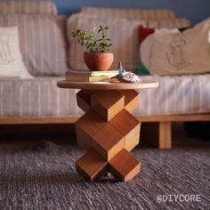 Aprenda a fazer uma mesinha usando 14 cubos de madeira, super fácil, sem parafusos e muito resistente! Diy Wood Projects, Furniture Projects, Furniture Decor, Wood Crafts, Antique Furniture, Furniture Design, Furniture Stores, Modern Furniture, Unique Wood Furniture