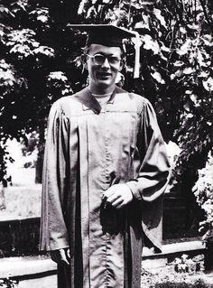 James Dean, après son diplôme d'études secondaires à Fairmount, 1949. Il a reçu des prix de l'école pour ses réalisations dans l'art dramatique, l'art, et l'athlétisme. Académiquement il a été placé 20e sur une classe de 49.