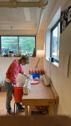 Timelapse of glazing terra-cotta mugs handmade on the pottery wheel by Sissy Moon Ceramics. Glazes For Pottery, Ceramic Pottery, Pottery Art, Ceramics Pottery Mugs, Glazed Pottery, Ceramic Techniques, Pottery Techniques, Beginner Pottery, Pottery Studio