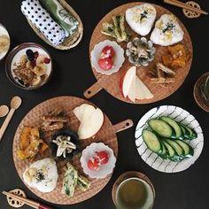 夕飯のあまりや常備菜を盛り付けた朝ごはんも円いカッティングボードにのせるだけでぐっとスペシャルなお料理に。