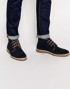 €83, Dunkelblaue Chukka-Stiefel aus Wildleder von Asos. Online-Shop: Asos. Klicken Sie hier für mehr Informationen: https://lookastic.com/men/shop_items/342882/redirect