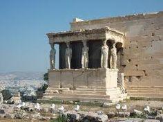 Eretteo; V secolo a.C.; Acropoli di Atene. Era il vero cento dell'Acropoli, che ricordava una serie di miti. La loggia delle cariatidi si aggiunge al corpo centrale dell'Eretteo, sul versante meridionale; aveva una struttura asimmetrica, suddivisa internamente in più celle.
