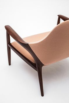 ARMCHAIR - Designer Armchairs from Kunst by Karimoku ✓ all information ✓ high-resolution images ✓ CADs ✓ catalogues ✓ contact information ✓. Living Room Setup, Futuristic Furniture, Sofa Chair, Vizsla, Decor Crafts, Living Room Designs, Furniture Design, Office Chairs, Lounge Chairs