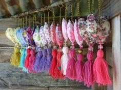 Risultati immagini per como hacer borlas Creation Deco, Creation Couture, Craft Projects, Sewing Projects, Diy And Crafts, Arts And Crafts, Fabric Hearts, Deco Floral, Felt Hearts