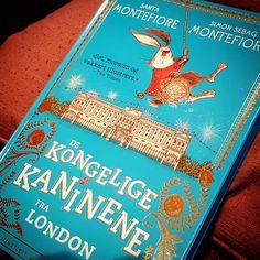 Vi har barnebarn på besøk.  Den første boken vi leser er De kongelige kaninene fra London av Santa og Simon Montefiore.  #barnebarn #santamontefiore #barnebok #leseglede #bøker #lesetips #bookstagram