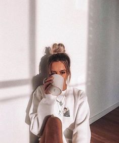 home poses Fotos en casa - How to pose for picture - Cute Instagram Pictures, Cute Poses For Pictures, Instagram Pose, Tumblr Photography Instagram, Save Instagram, Instagram Girls, Instagram Girl Photo, Winter Instagram, Vintage Instagram