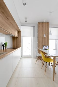 Cuisine blanc et bois chic, chaise jaune | white and timber kitchen…
