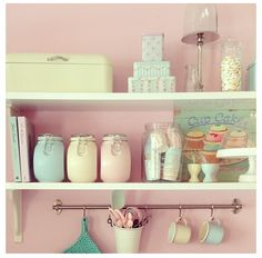 kitchen - homeware - jars - shelves - soft colors - pink - retro - pasteltinten - keuken - opbergen - potten - broodtrommel - serviesgoed - roze