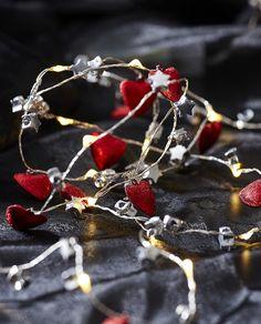 Nydelig lysslynge i rød og sølv farge med vakre hjerter og stjerner på en sølv Dew Drop slynge. Vakker til både borddekorasjon, til blomsteroppsatser eller til hyller og vinduer hvor den kan skinne vakkert. Xmen, Blackberry, Cherry, Fruit, Star, Silver, Colour, Blackberries, Prunus