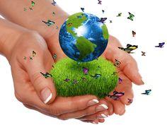 """Manos que sujetan un manojo de hierba verde y la tierra, rodeadas de mariposas. """"Todos podemos trabajar juntos por el bien común, por la paz y la felicidad de todos los seres."""""""