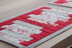 """Tischsets Handarbeiten """"aus meim Nahkastl"""" - nahkastl.wordpress.com Wordpress, Quilts, Blanket, Scrappy Quilts, Paint Stripes, Hand Crafts, Creative, Quilt Sets, Blankets"""
