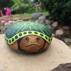 Pin by sherry hull on painted rocks Sea Turtle Painting, Pebble Painting, Pebble Art, Stone Painting, Pebble Mosaic, Rock Painting Patterns, Rock Painting Ideas Easy, Rock Painting Designs, Turtle Painted Rocks