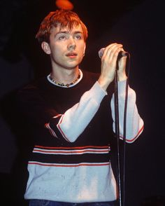 Damon Albarn of Blur Damon Albarn Young, Blur Band, Liam Gallagher, Jamie Hewlett, Band Outfits, Britpop, White Man, Pretty Boys, Celebrity Crush