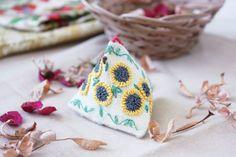 № 2 (37) март 2016  Крошечная курочка, украшенная вышитыми подсолнухами, – отличный подарок на Пасху. Автор: Ирина Китаева.