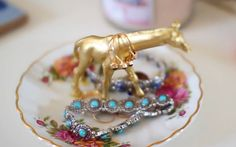 DIY giraffe jewelry holder in a cute plate !! from sierramariemakeup on youtube