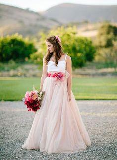 Crop top in combinatie met een leuk kleurtje: lekker anders! #trouwjurk #bruidsjurk #bruidsjapon #bruiloft #trouwen #huwelijk #trouwdag #lente #bos #inspiratie Crop trop trouwjurken: een trouwjurk nét even anders   ThePerfectWedding.nl   Fotografie: Mirelle Carmichael