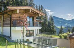Paradiesisch gelegen zeigt sich das #Grundstück von seiner besten Seite, hier residieren Sie mitten in der Natur, in Reith bei #Kitzbühel am Astberg. Style At Home, Villa, Chalet Style, Cabin, House Styles, Modern, Home Decor, Penthouse Apartment, Real Estate Agents