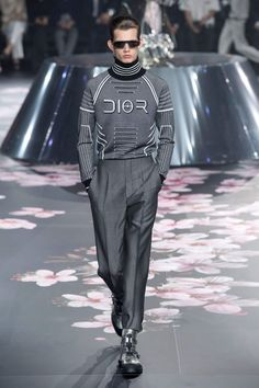 """Kim Jones unveiled his Pre-Fall 2019 menswear collection for Dior with a runway show in Tokyo. """"A fashion show in Tokyo is the best way to present and celebrate my first Dior pre-fall men's show. Mens Fashion 2018, Male Fashion Trends, Current Fashion Trends, Men Fashion Show, Fashion Week, Look Fashion, Fashion Design, Fashion Boots, Cheap Fashion"""